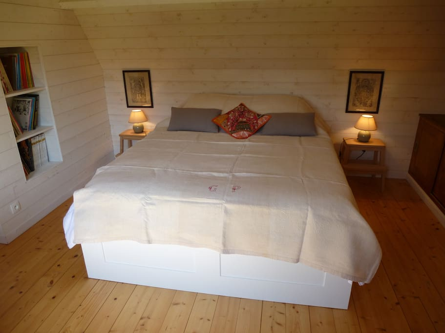 La chambre est équipée d'un lit de 160cm x 200cm