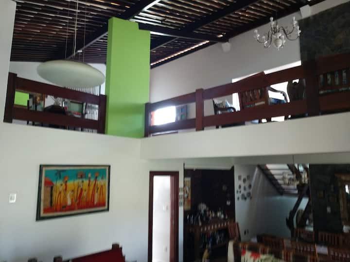 Casa ampla com suite e varanda
