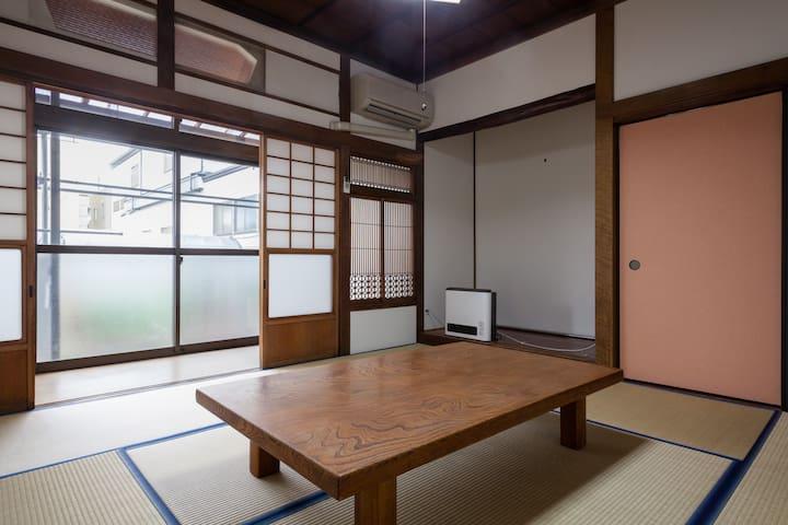 新宿まで最速30分、室内WiFi 古民家のゲストルームです