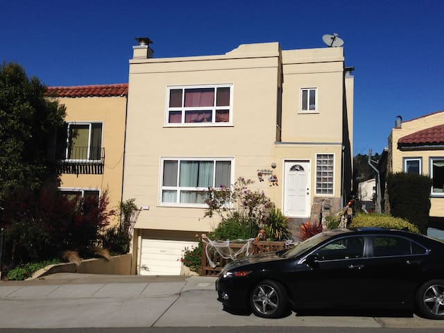 5 minute walk from West Portal train station, restaurants, movie theater, and commerce.