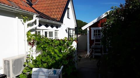 Eget hus&tomt, havsutsikt på Österlen mitt i Kivik