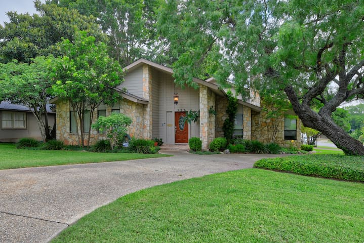 LUXURY 5 BEDROOM near Alamo Quarry Market