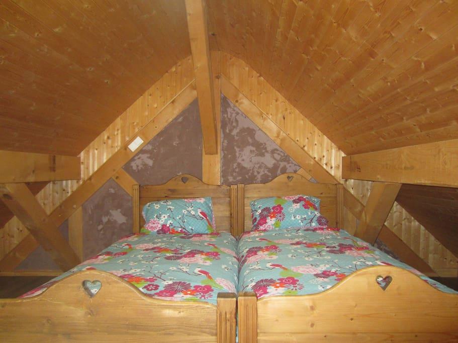 Chambre 1:  2 lits