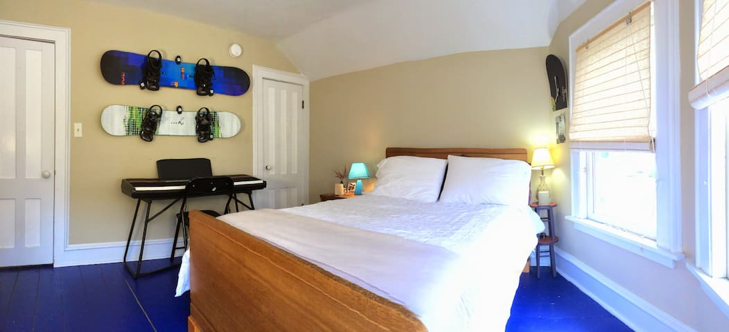 Sunny Guest Room Near Downtown - Burlington - House