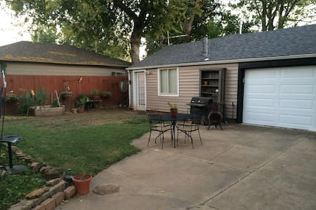 Simple clean guest house in midtown - Tulsa