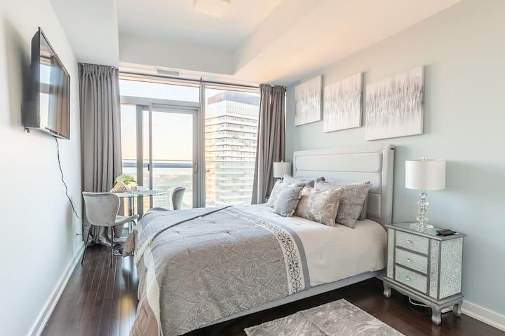Simply Comfort. Stunning Studio 60 Floor Lake View