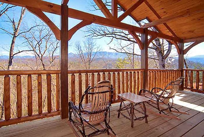 Incredible views, 2 bedroom, 2 story log cabin