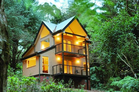 TREETOPS TRI-LEVEL COTTAGE 3 - Olinda - Hus