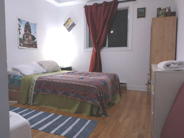Cozy room in Hippie House Near Park La Fontainne