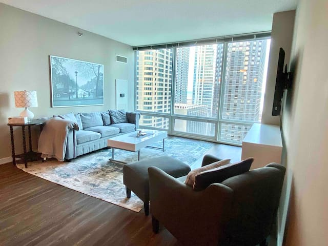 Central Large One Bedroom With City & Lake Views