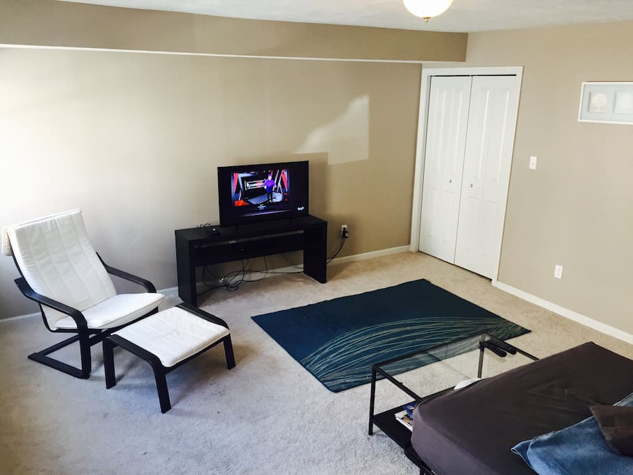 "40"" TV w/ cable and lounge chair"
