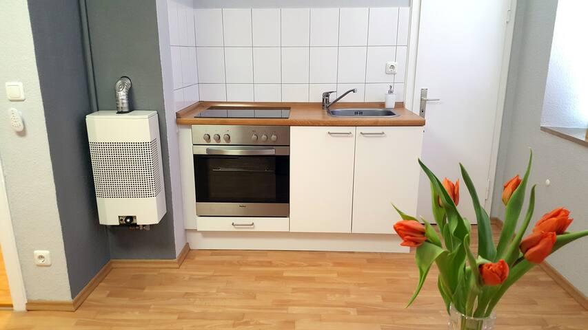 """Wohnküche mit 32"""" LED-TV (Kabelanschluss), Essplatz, Herd, Spüle, Kühlschrank mit Eisfach, Filter-Kaffeemaschine, Wasserkocher, Toaster"""
