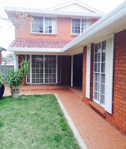 Spacious 4 Bed Home great location - Willoughby - บ้าน