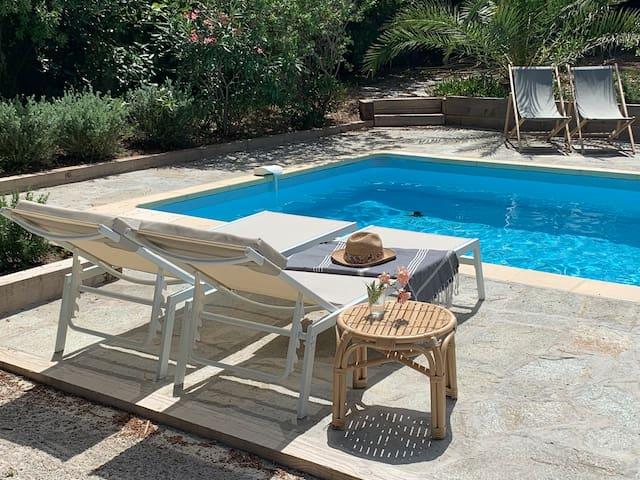 Maison de plain pied, piscine et patio intérieur