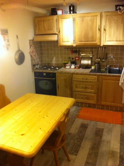La cucina rustica arredata in stile trentino è completa di stoviglie e viveri