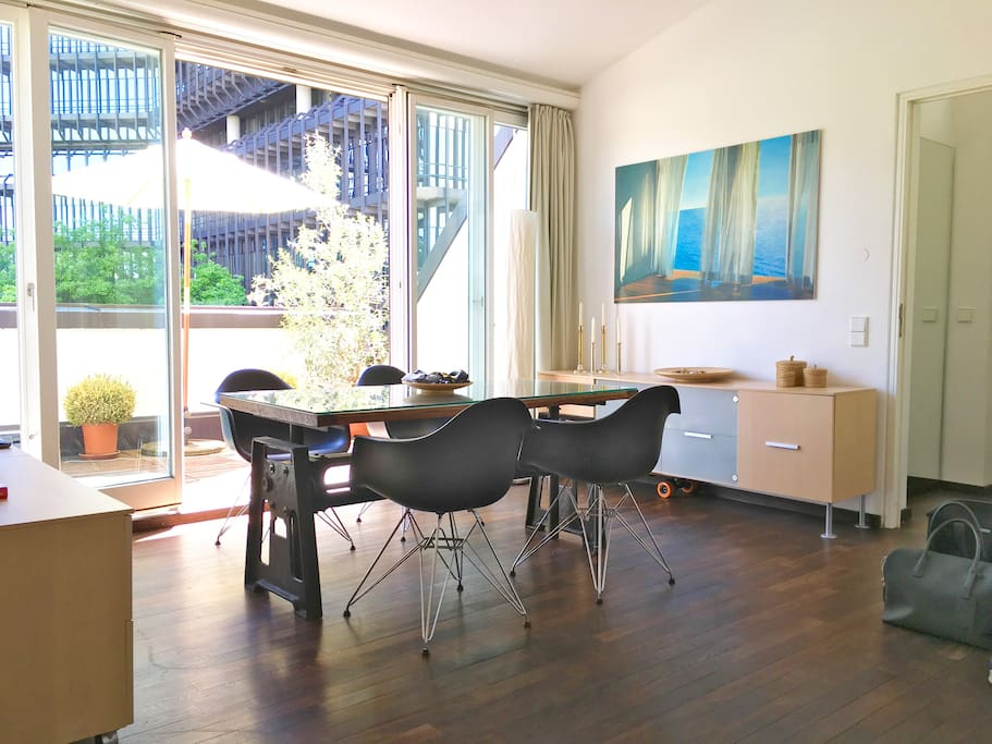 Living, Wohnen, Esstisch mit Eames DAR Side Chairs black