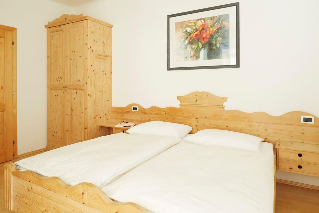 Schlafzimmer mit Naturmöbel