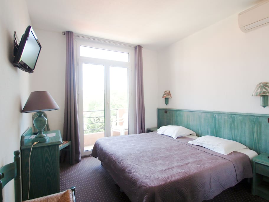 Charming room 2 small family hotel juan les pins for Zetapark small room for rent