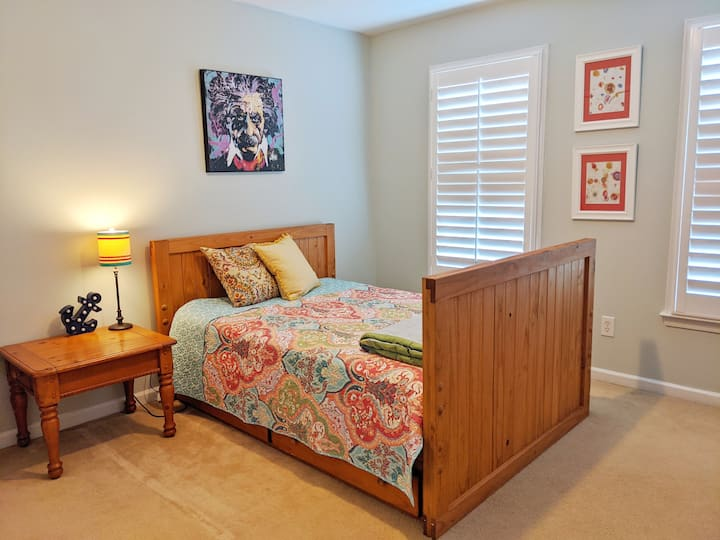 Double bed in private room in house by Lakepoint.