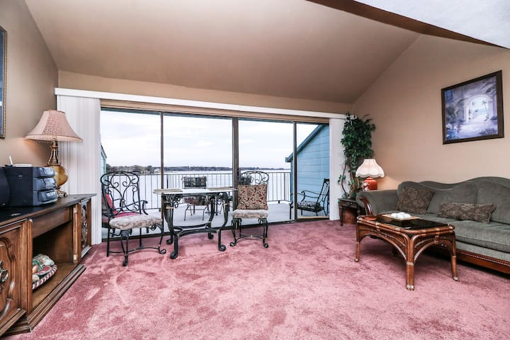 16 foot Panoramic Lake views to enjoy as the day crawls by!