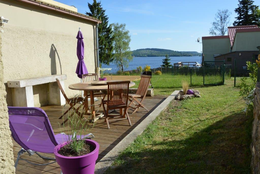 Terrasse et jardin vue lac