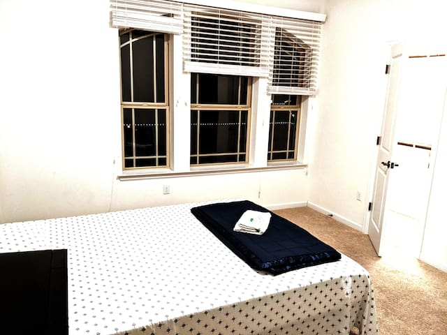 Smart room to rent in Austin. Desk/Kitchen monthly