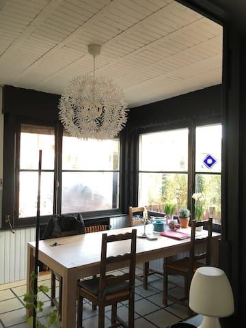 Maison spacieuse et lumineuse, idéalement située.