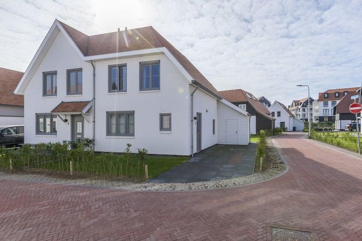 Nieuw en luxe villa op 5 minuten loopafstand van strand en duinen.