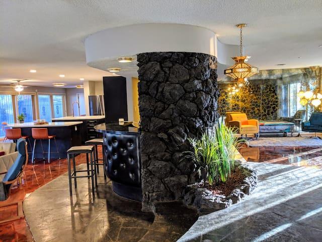 LAVA House: 3300sqft 60s home, central loc, 4b/3ba