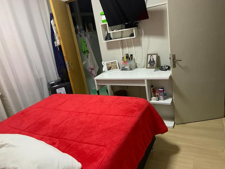 Confortável suíte em condomínio bem localizado