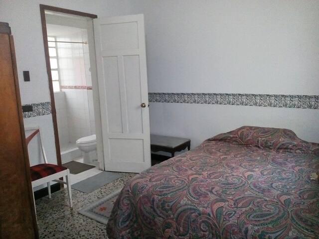 Room near the Campín stadium - Bogotá - Casa
