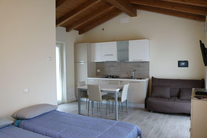 miniappartamento mansardato: particolare della zona giorno con cucina