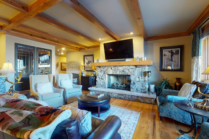 Ski-In/Out Condo w/Shared Hot Tub, Outdoor Heated Pool, WiFi, Fireplace, W/D