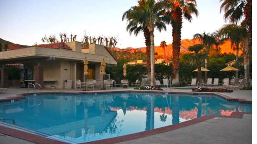 The Oasis Resort 2 bedroom 2 bath Condo. stay in are condo and get free Wet and Wild water park tickets. condo sleeps6