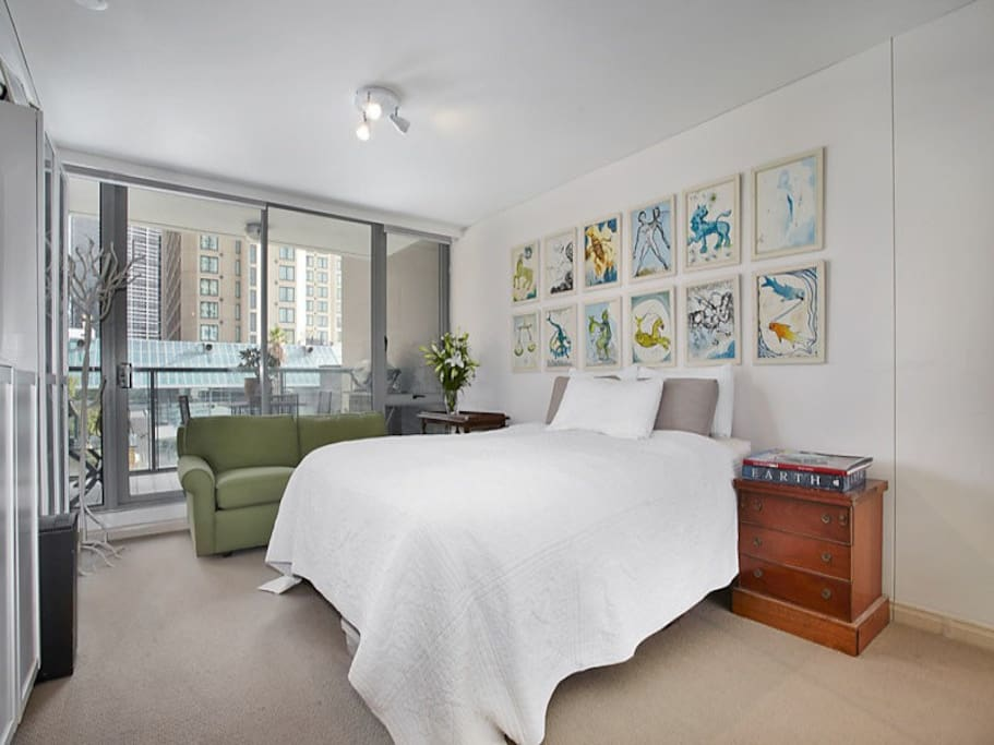 King-size bed will ensure that you get a great night sleep before heading out to explore Melbourne's delights.