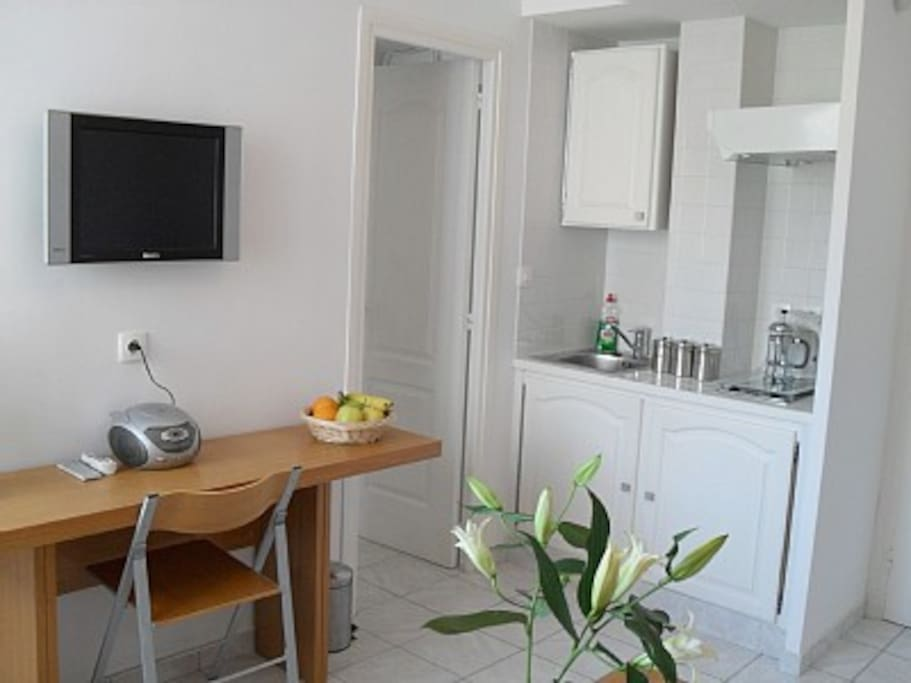 Well equipped kitchenette (kettle, coffee machine, electric hob, fridge/freezer and microwave)