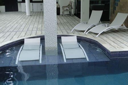 Linda Casa cond. frente mar 4 quartos