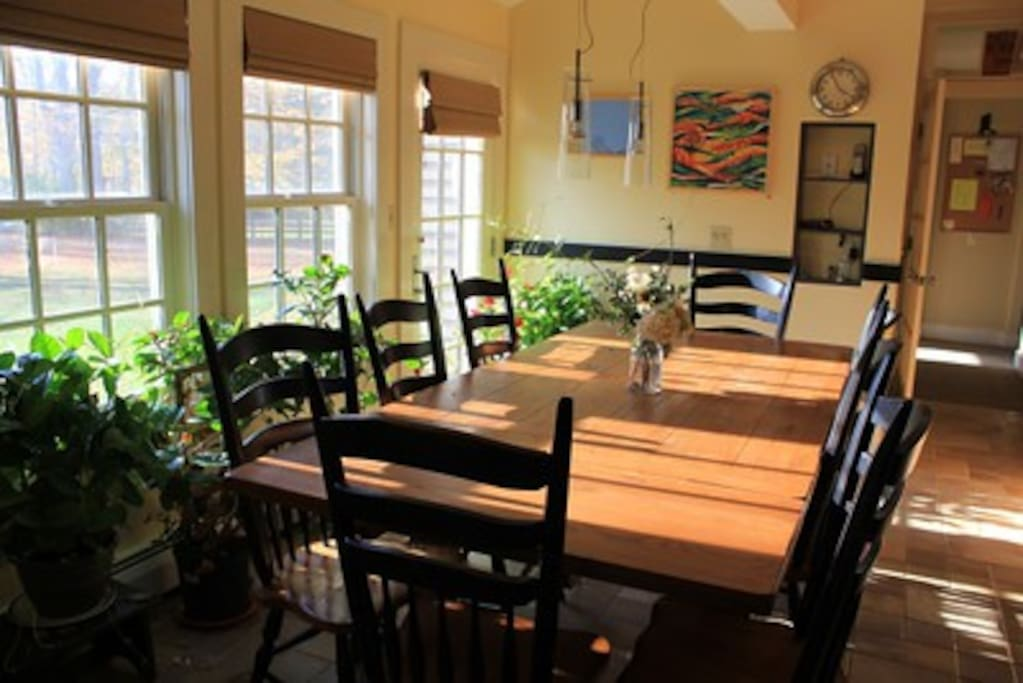 Dining room expands to seat 10 comfortably