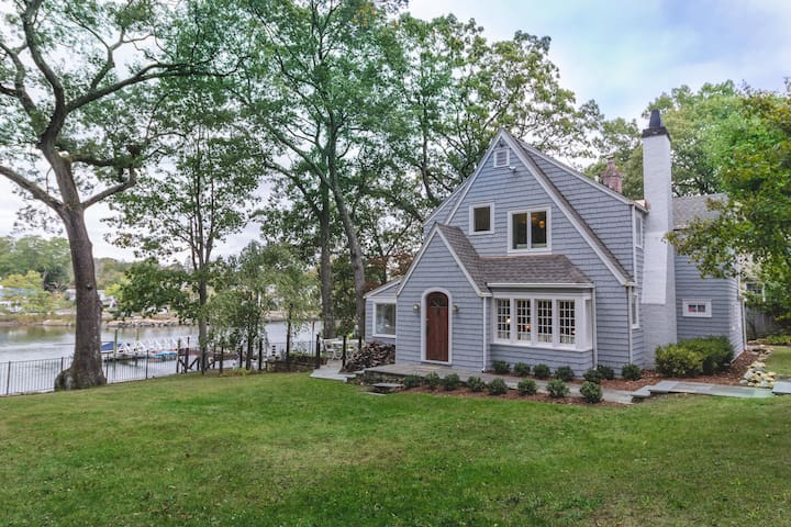 Saugatuck River Waterfront Cottage with Dock