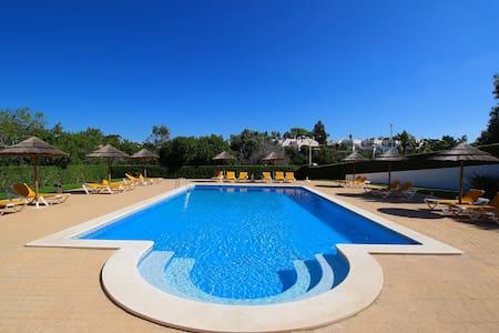 Townhouse Mia, Panoramic views of countryside, 2 Bedroom, Sleeps 6, Air-con & Communal Pool - Carvoeiro