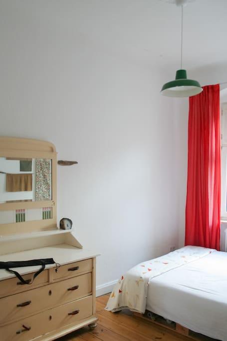 Schlafzimmer mit großem Bett