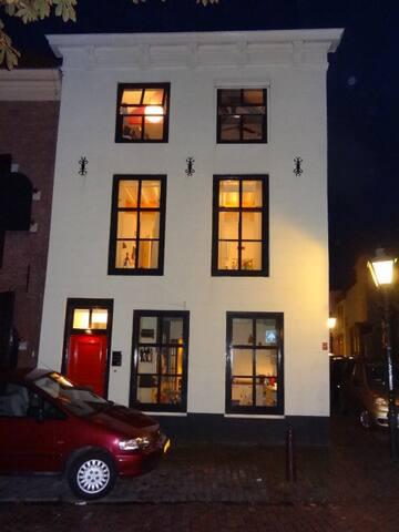 ons huis bij avond licht