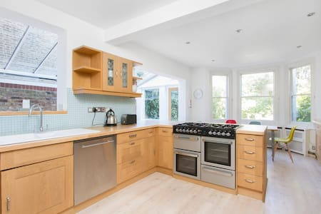 Beautiful light and spacious 5 bed