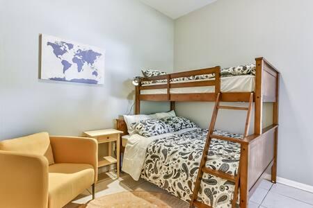 Stylish, designer furnished, quiet 3b1b home - Katy