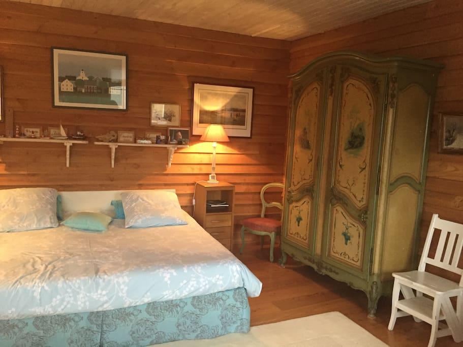 Chambre turquoise, son armoire peinte de famille