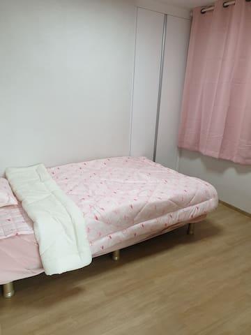 슈퍼 싱글 침대 1개 와 붙박이장 옷장 그리고 화장대 겸 책상이 있는 아늑한 방 입니다