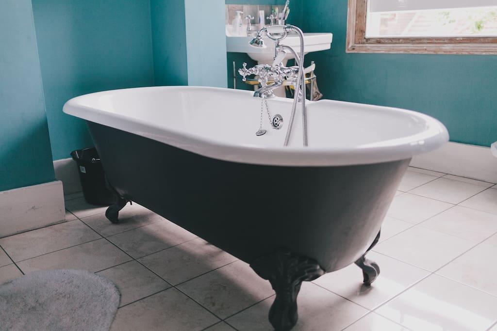 Amazing free standing fancy bath tub