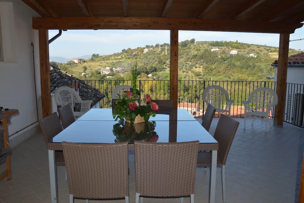 Terrazzo con vista sulle colline e sui tetti di Manoppello
