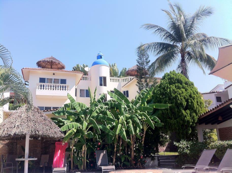 Nuestra cúpula azul Santorini, el orgullo de la casa.