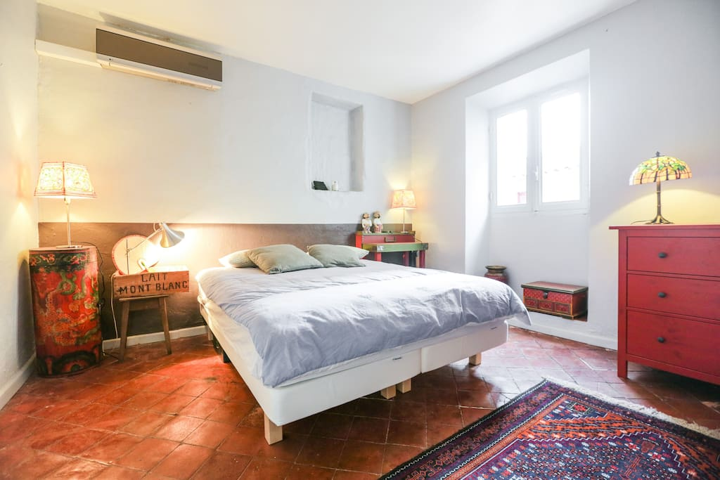 Chambre avec lit double et climatisation | Bedroom with queen size bed and climatisation
